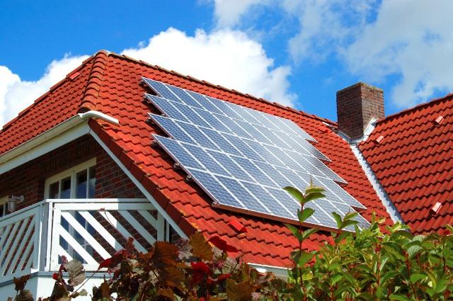 O ΔΕΔΔΗΕ δεν παγώνει τις άδειες για φωτοβολταϊκά στις στέγες