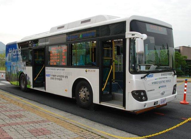 """Λεωφορεία που """"φορτίζουν"""" εν κινήσει"""