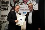 Από αριστερά, ο Διευθυντής Εταιρικών Σχέσεων της WIND Ελλάς, Γιώργος Τσαπρούνης παραλαμβάνει το βραβείο από τον δημοσιογράφο Γιάννη Πολίτη στο πλαίσιο της διοργάνωσης Ethos Sustainability Forum and Awards 2014.