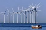 Sommer, sol og vindmøller set fra Amager Strand. Vindmøllerne står på Middelgrunden.