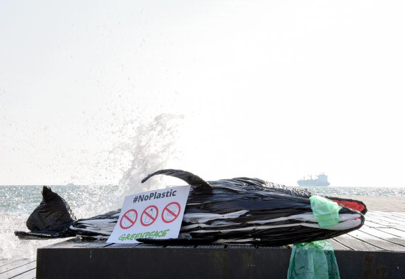 Greenpeace: «Οι κάδοι αδειάζουν, το πρόβλημα μένει»
