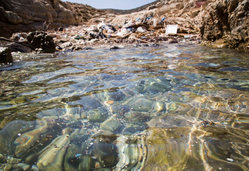 Greenpeace: Η πλαστική ρύπανση στη θάλασσα, μέχρι εκεί που δε φτάνει ο άνθρωπος
