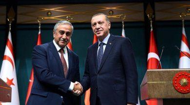 Τουρκίας Ταγίπ Ερντογάν με τον κατοχικό ηγέτη Μουσταφά Ακιντζί.