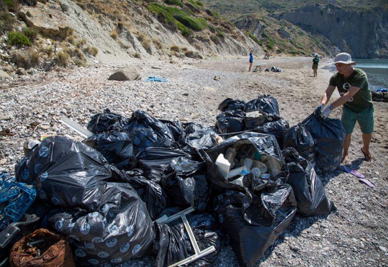 Greenpeace: «Το πλαστικό πνίγει τις ελληνικές παραλίες» (βίντεο+φωτο)