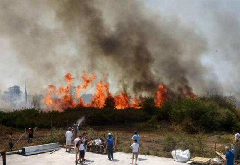 Φωτιά στην Πρέβεζα: Κάηκε εργοστάσιο και πολλά θερμοκήπια