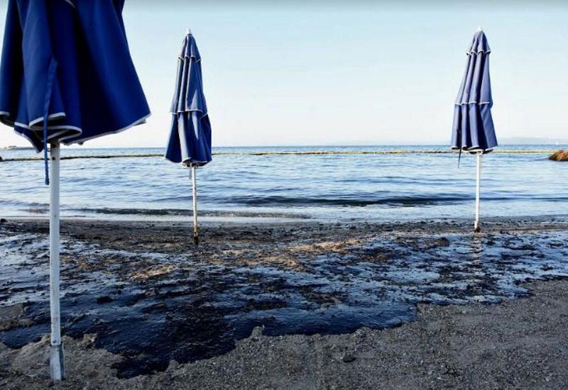 «Μαύρισαν» οι παραλίες από Σαλαμίνα μέχρι Γλυφάδα