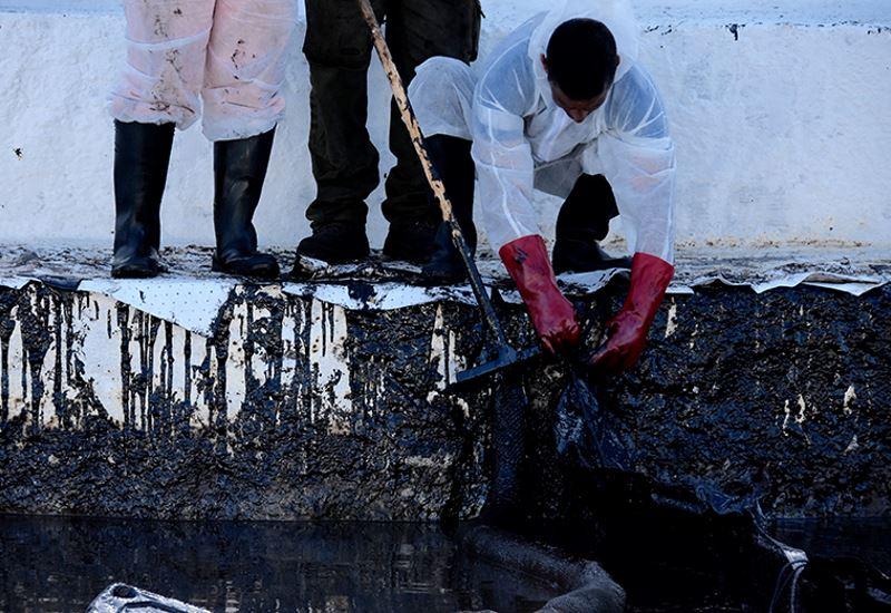 Συνεχίζονται οι εργασίες απορρύπανσης από τη Σαλαμίνα έως τη Γλυφάδα