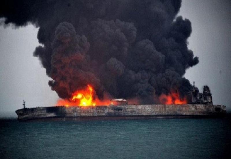 Για τρίτη μέρα «στις φλόγες» το ιρανικό πετρελαιοφόρο