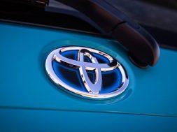 2018-Toyota-Prius-C-base-17-e1520198770170