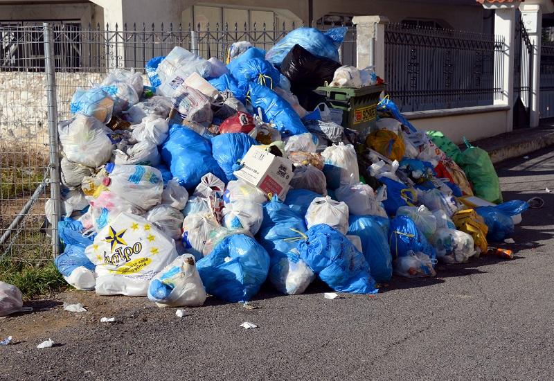 Έχουν απηυδήσει με τα σκουπίδια οι ξενοδόχοι της Κέρκυρας