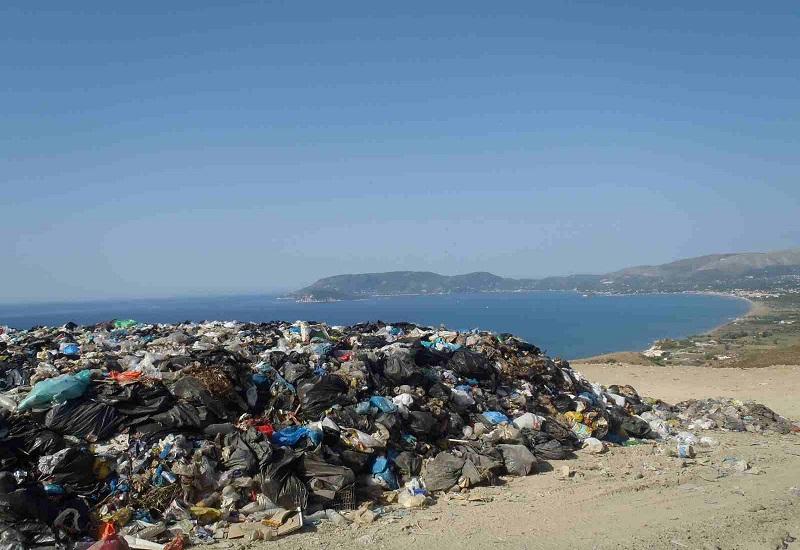 Ζάκυνθος: Έρχονται οι τουρίστες, μένουν τα σκουπίδια