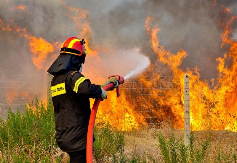 Συνεχίζονται οι φωτιές σε Κινέτα και Καλλιτεχνούπολη