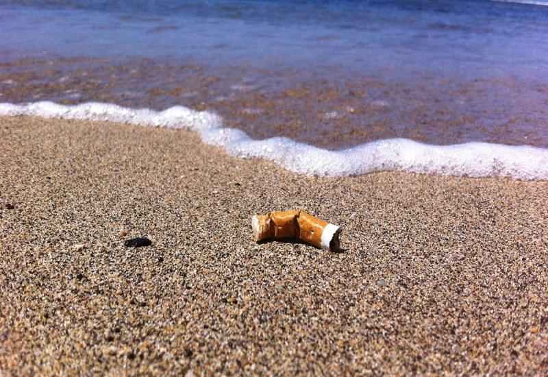 Μεγαλύτερη πηγή μόλυνσης των ωκεανών οι γόπες των τσιγάρων