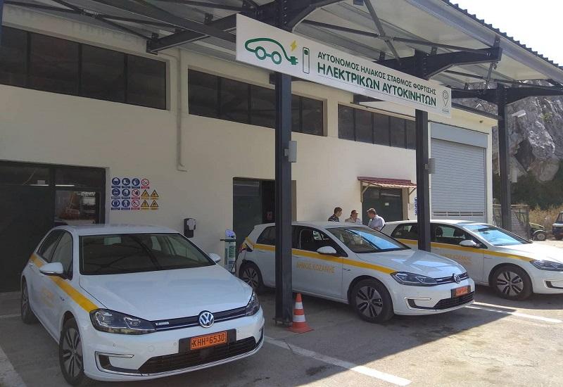 Τρία νέα ηλεκτρικά οχήματα μεγάλης αυτονομίας στο στόλο του Δήμου Κοζάνης – Αυτόνομος ηλιακός σταθμός φόρτισης