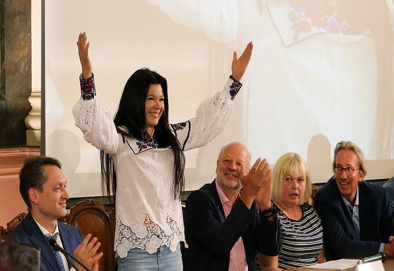 Τραγούδησε με… ΑΠΕ η Ruslana!