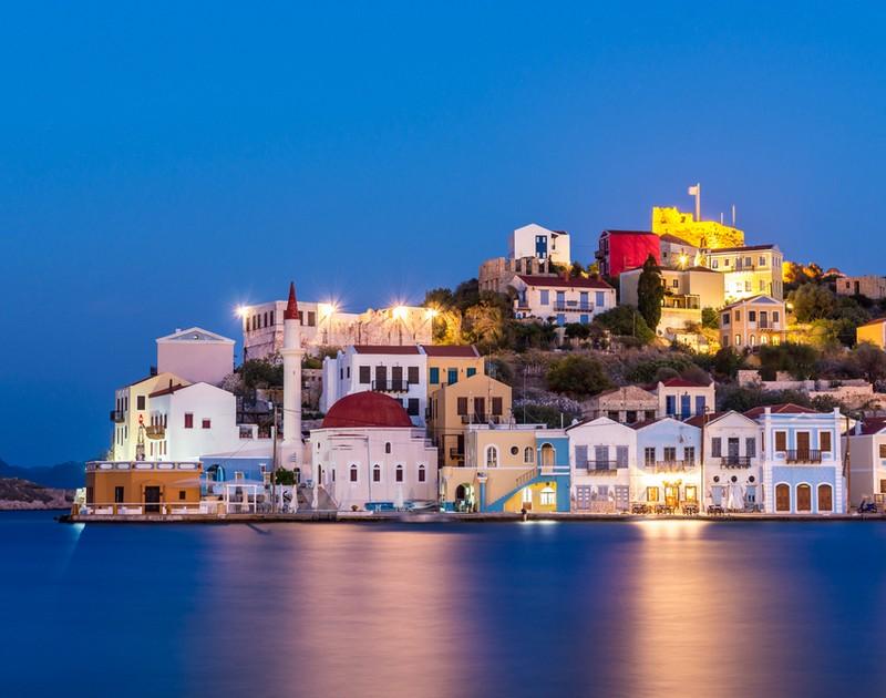 Έπεσαν οι υπογραφές για την ενεργειακή αυτονομία δέκα νησιών του Αιγαίου