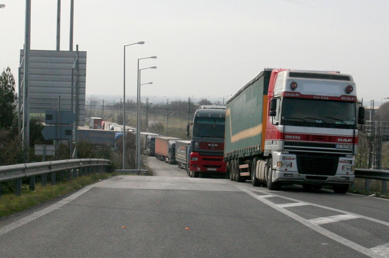 """Βάζει """"φρένο"""" στις εκπομπές CO2 από τα φορτηγά η ΕΕ"""