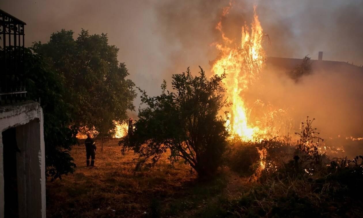 Οριοθετήθηκε αλλά παραμένει επικίνδυνη η φωτιά στη Εύβοια