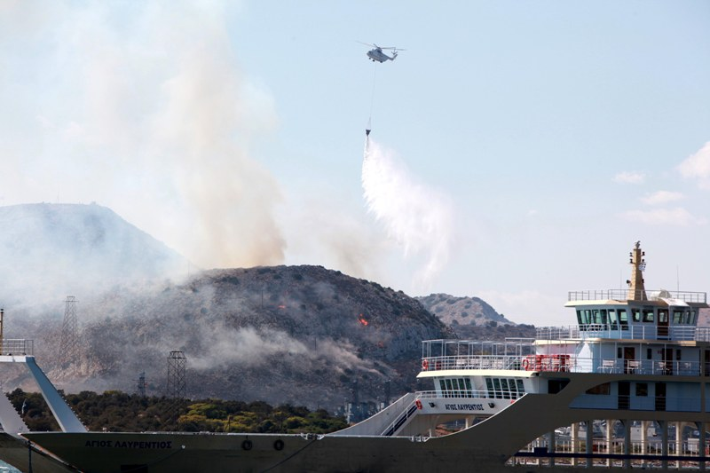 Εκκενώθηκε προληπτικά περιοχή της Σαλαμίνας λόγω πυρκαγιάς