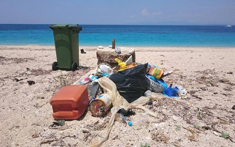 ΣΕΤΕ: Κάθε τουρίστας άφησε πίσω του από δύο κιλά σκουπίδια!