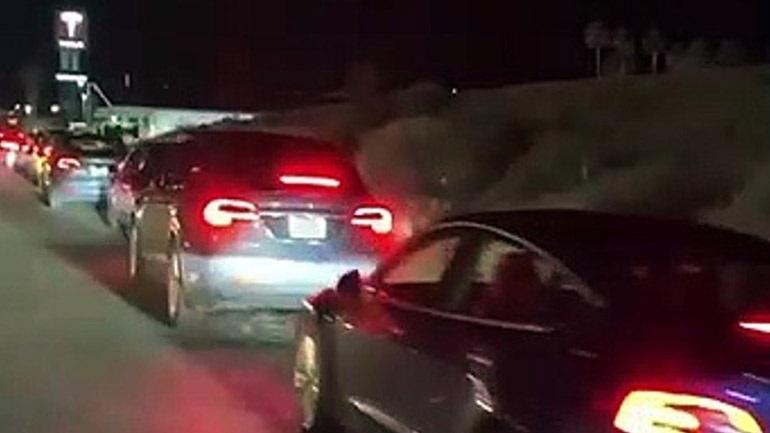 Καλιφόρνια: Ουρά από ηλεκτρικά αυτοκίνητα για φόρτιση στο σταθμό της Tesla (vid)