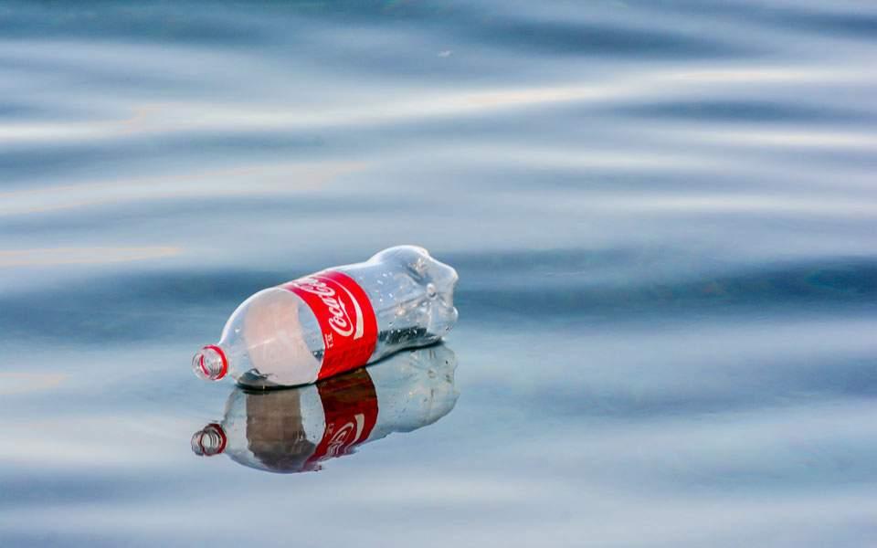 Δεν καταργεί τα πλαστικά μπουκάλια η Coca Cola, τα προτιμούν οι καταναλωτές της