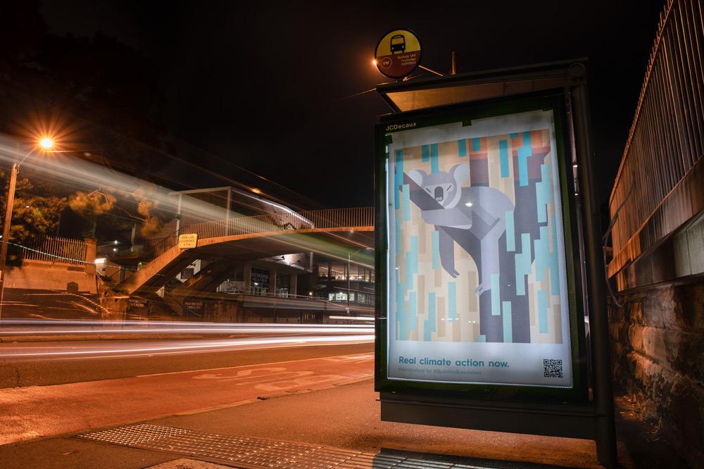 Αντικατέστησαν αφίσες σε δρόμους της Αυστραλίας με έργα για την κλιματική κρίση