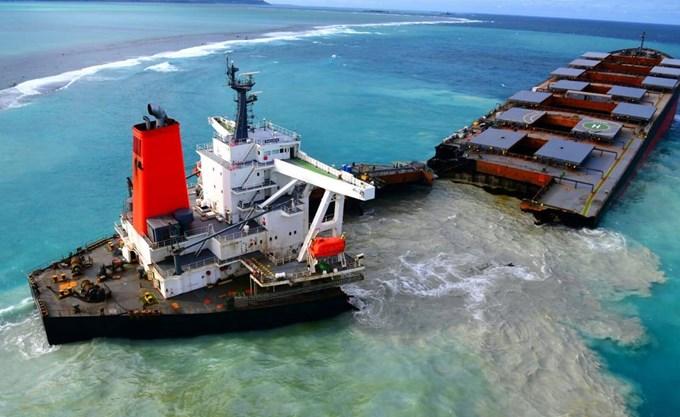 Μαυρίκιος: Κόπηκε στα δύο το φορτηγό πλοίο – Στη θάλασσα 1.000 τόνοι καυσίμων