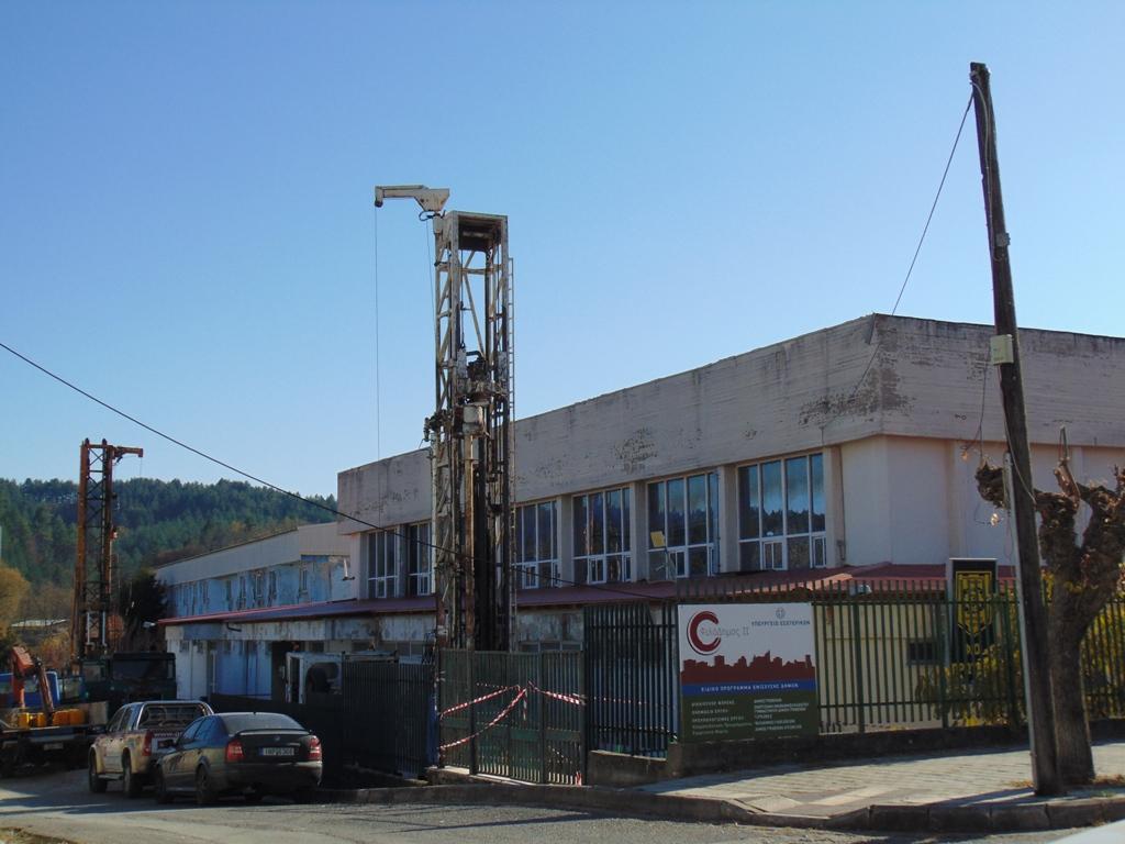 Γρεβενά: Γεωτρύπανα στο Κλειστό Γυμναστήριο για την Ενεργειακή Αναβάθμιση – 70% μείωση στα έξοδα θέρμανσης/ψύξης με το τέλος του έργου