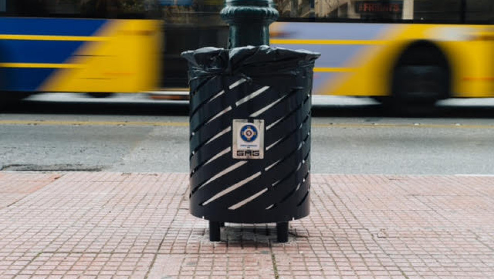 Νέοι επιδαπέδιοι κάδοι απορριμμάτων στους δρόμους της Αθήνας