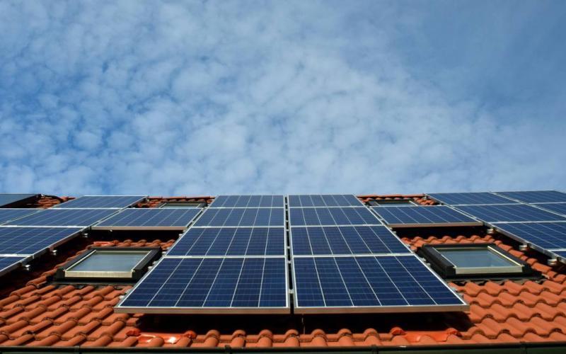 Νέο πρόγραμμα φωτοβολταϊκών στις στέγες από το ΥΠΕΝ