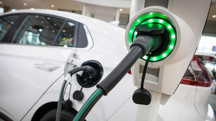 «Πατάει γκάζι» στην ηλεκτροκίνηση η Γαλλία