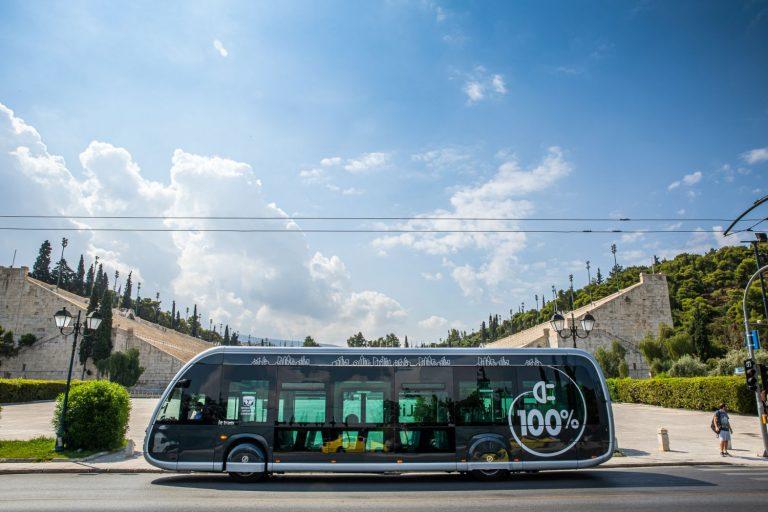 Ο Όμιλος Σαρακάκη παρέδωσε στην ΟΣΥ το πρώτο ηλεκτρικό λεωφορείο-τραμ